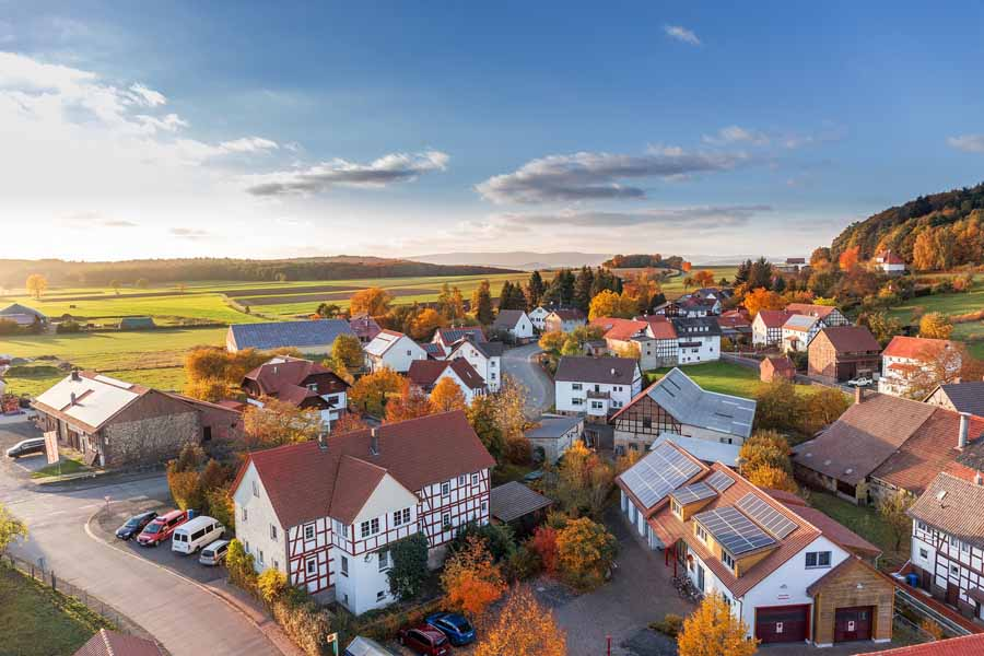 Blick auf eine Siedlung aus der Luft